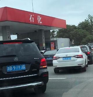 加油站?#23548;?.8元/升,马路被排队的车堵死