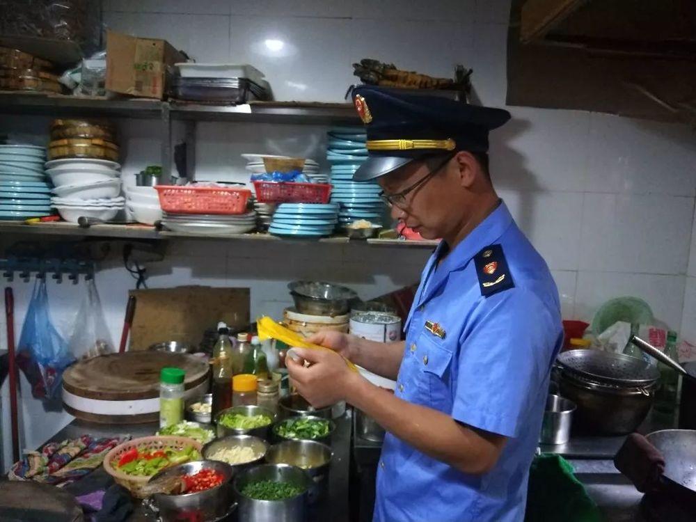 """""""蓝剑""""在行动,宁大步行街一批网络供餐单位因违规被查处"""