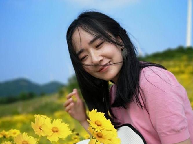 整个风车公路是连绵的黄色花海!姑娘,遇见最美的你!