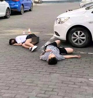 不知何故!一男一女,在停車場躺一晚上?