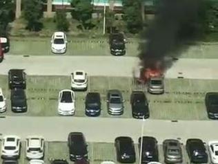 南部商务区停车场,一辆宝马自燃,消防车来了!