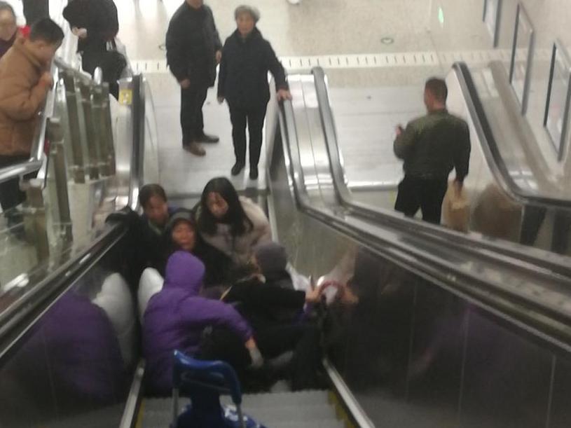 地铁扶梯上,几个老人吓得不轻!还好清洁工冷静