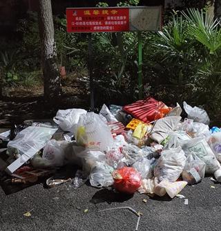 小区垃圾投放点突然减少,然后河白烂滩