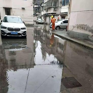 这个小区的雨后积水有点深