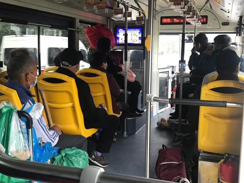 平时都坐地铁偶尔坐一次公交,上面的大叔大妈挺多