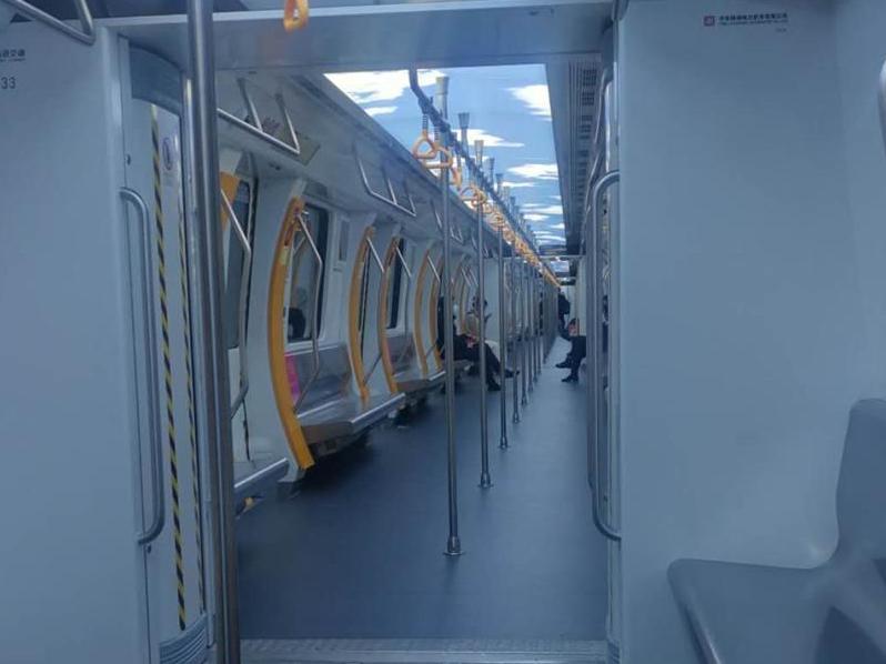 晚高峰地铁很空,实名制乘坐,刷支付宝方便
