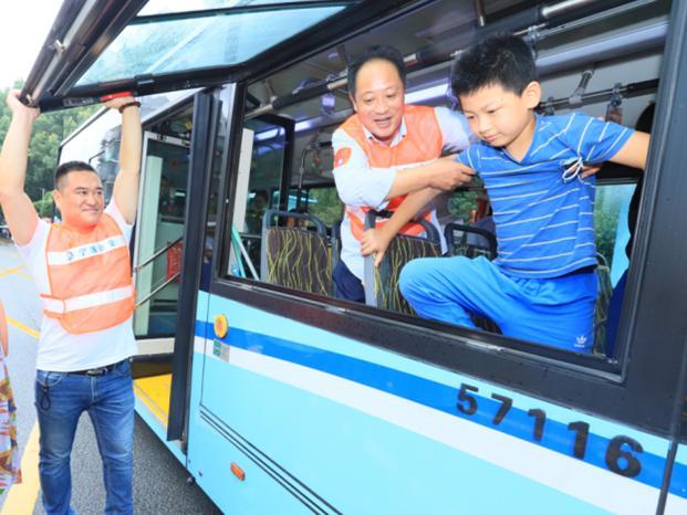 乘坐公交车遇到突发情况,该如何自救呢?