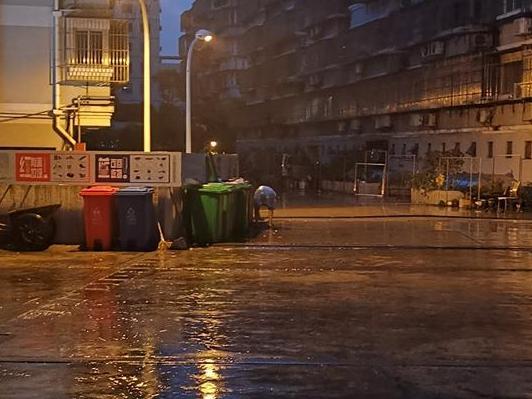 """台风中,他们依然在坚持着""""垃圾分类""""!感谢他们!"""