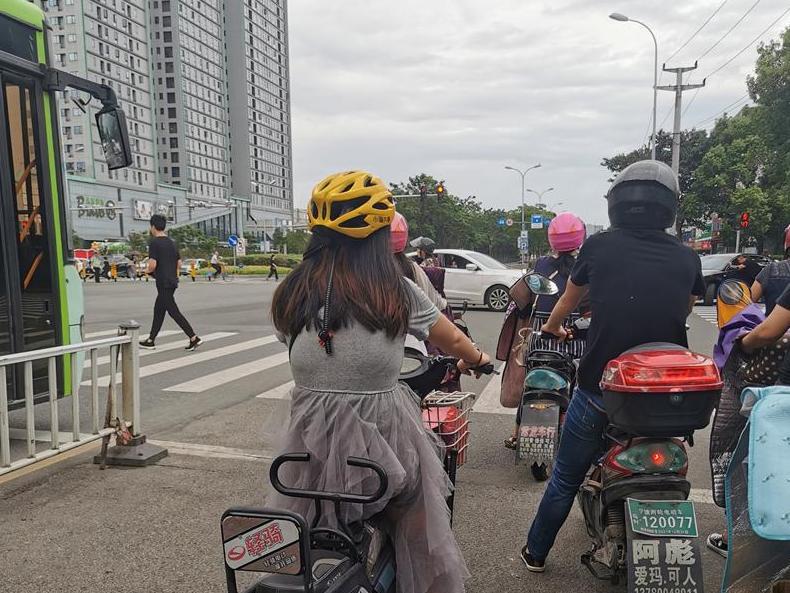 这位女士,头盔都买不起了吗?