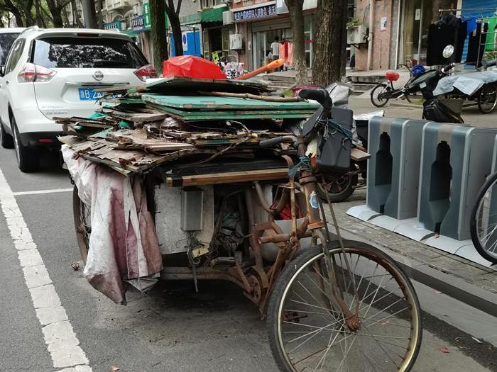 废三轮车霸占停车位!这事是谁做的?