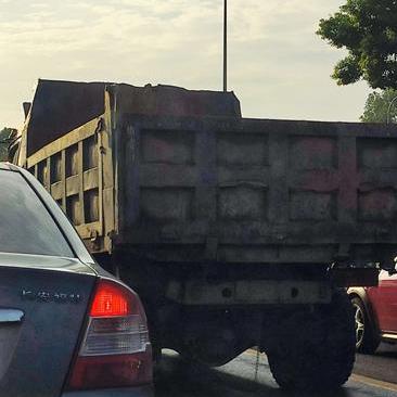 早高峰,遮牌大卡车开到中山西路上了