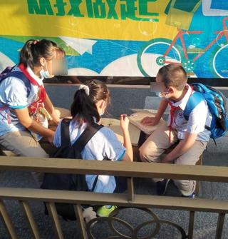 宁波街头,爱学习的三个小朋友!