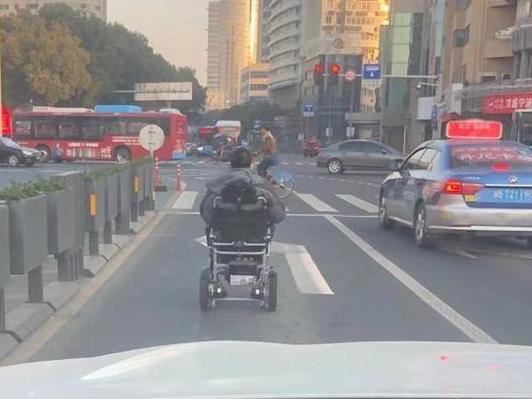 在解放南路拍到,这位轮椅驾驶员的走位也太风骚了!