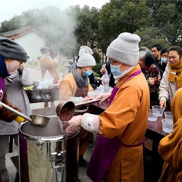 腊八节,现场感受寺院施粥,氛围浓烈