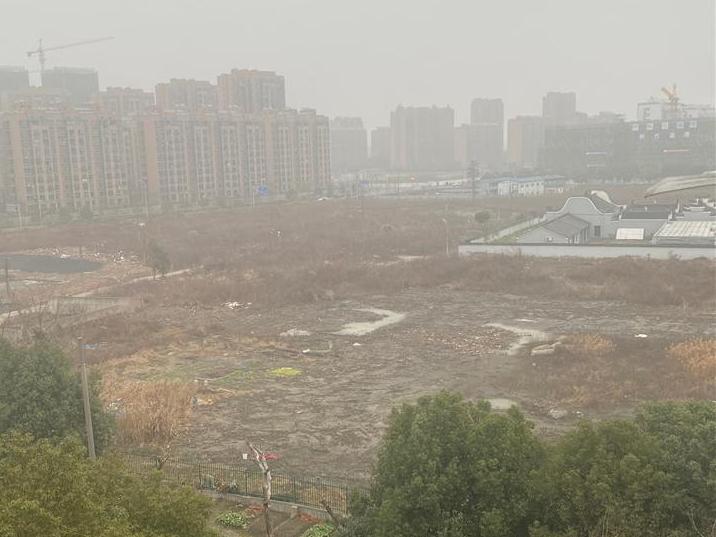 老江东余隘地块荒芜多年,就是为了保护一个祠堂。太浪费