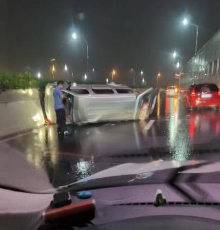 宁波接连下雨,高架转弯面包车侧翻!行车