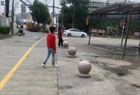路上为何放圆石凳?