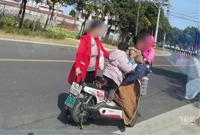 电瓶车坐4个人,不戴头盔