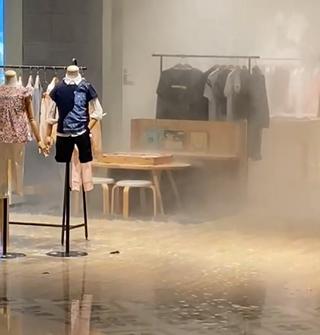 阪急漏水!天花板像在下雨,服装店遭殃