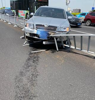 解放桥上这辆车居然撞上护栏,这还漏油了?