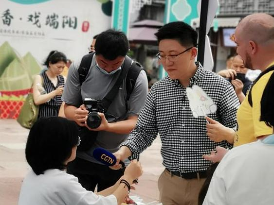南塘老街看到,中国国际电视台主持人携老外介绍宁波