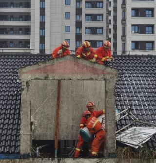 台风天,还得靠英勇的消防员排忧解难,点赞