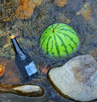 写意!清澈溪水冰上酒和西瓜,台风天过了去